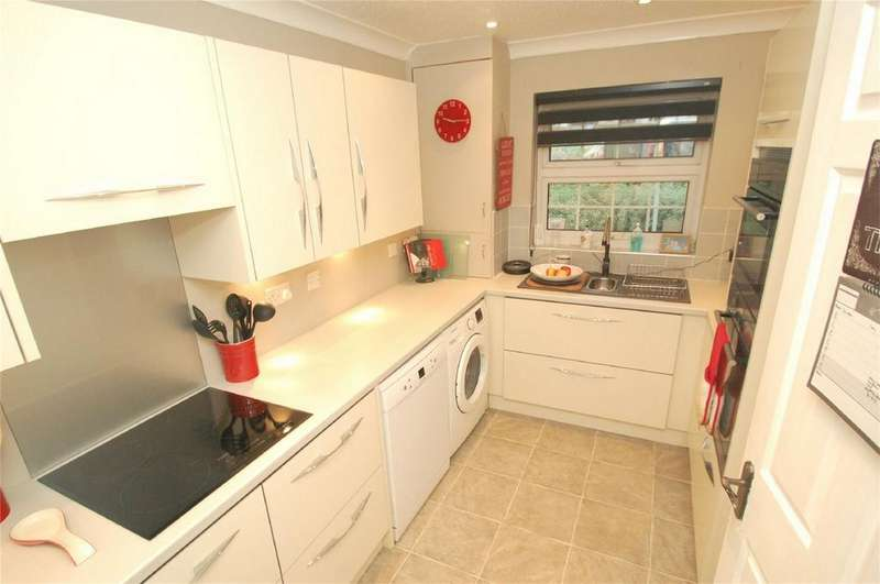 3 Bedrooms Link Detached House for sale in Hurst Place, Rainham, Kent
