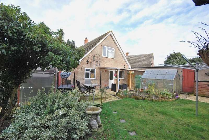 3 Bedrooms Detached House for sale in Hillside Crescent, Wicklewood