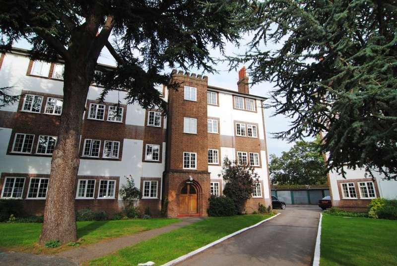 3 Bedrooms Ground Flat for sale in Gloucester Court, Kew Road, TW9