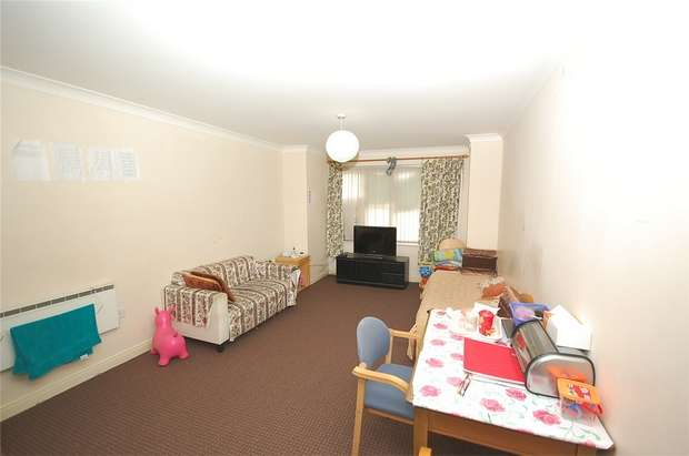 2 Bedrooms Flat for sale in Hadfield Close, MANCHESTER