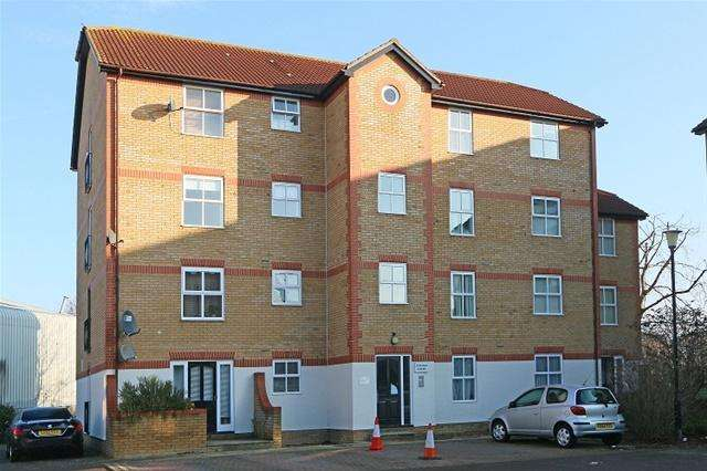 2 Bedrooms Flat for sale in 14 APPLETON SQUARE, MITCHAM