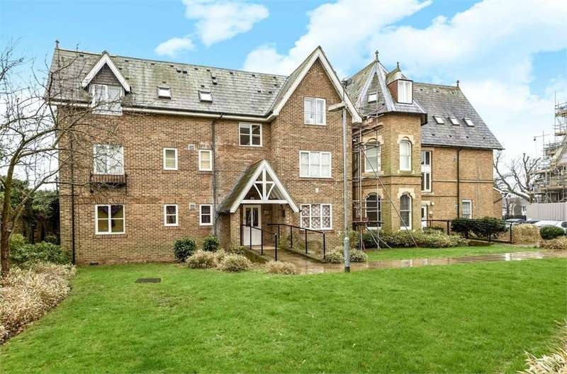 1 Bedroom Flat for sale in John Barter House, Church Close, Bath Road, Hounslow, Greater London