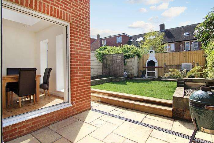 3 Bedrooms Terraced House for sale in Huntingfield Road, London