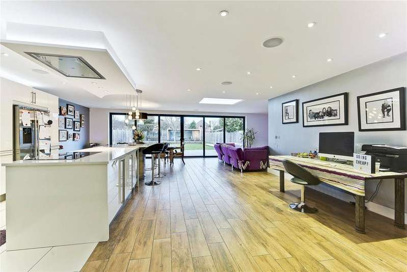 5 Bedrooms Detached House for sale in Acacia Road, Hampton, Middlesex, TW12