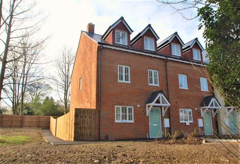 3 Bedrooms Semi Detached House for sale in Barn Lane, Hazlemere