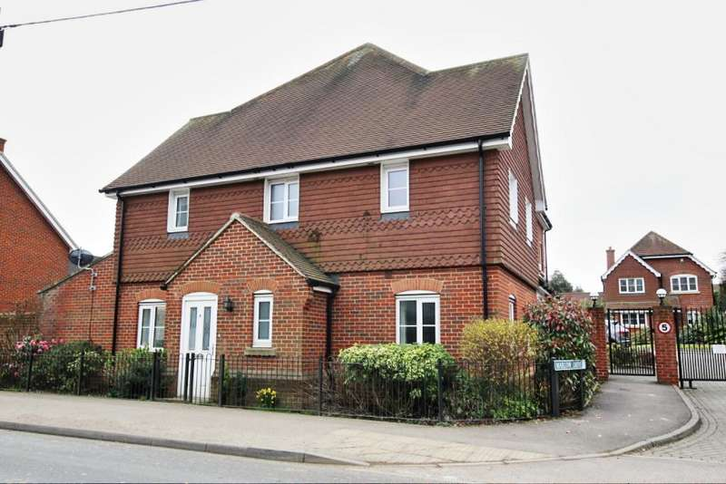 3 Bedrooms Semi Detached House for sale in Marlow Drive, Hailsham BN27