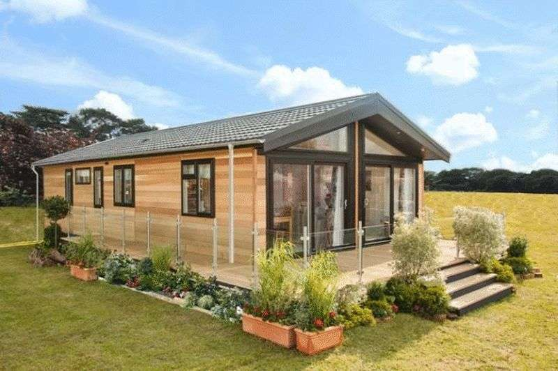2 Bedrooms Bungalow for sale in 14 The Oaks, Osmington Holiday Park, Osmington Mills, Weymouth, Dorset, DT3 6HB