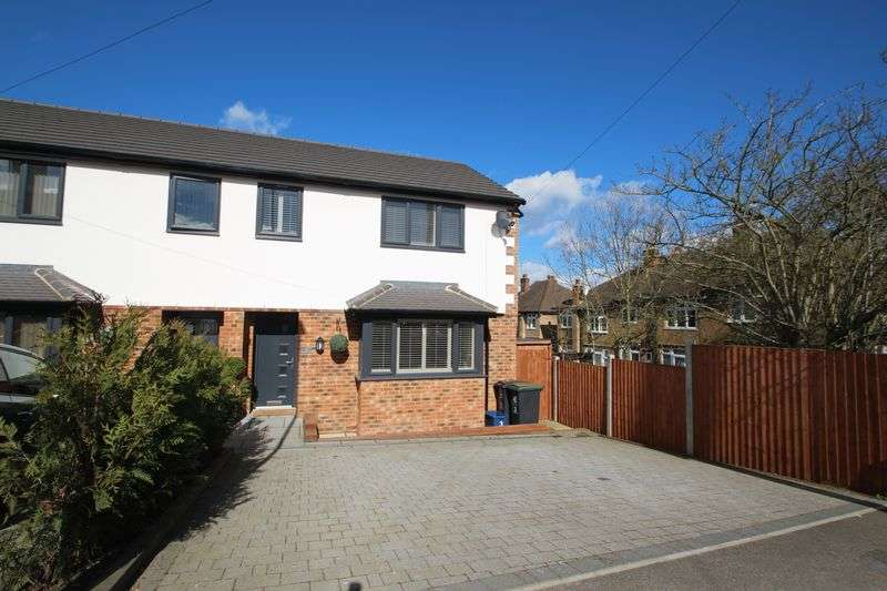 3 Bedrooms Semi Detached House for sale in Station Way, Buckhurst Hill