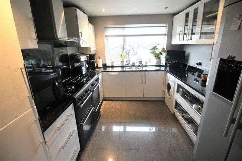 3 Bedrooms Detached House for sale in Foxcroft Drive, Brighouse
