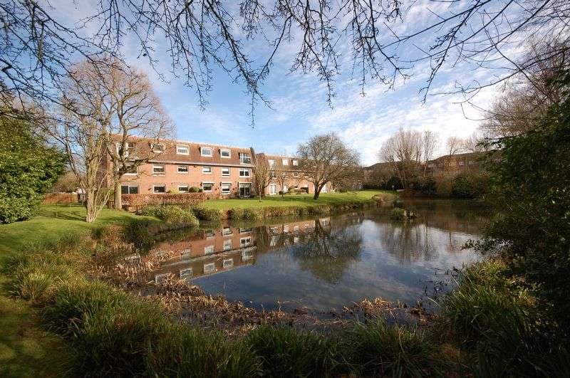 2 Bedrooms Flat for sale in Lakeside, Cavendish Crescent, Borehamwood, Elstree