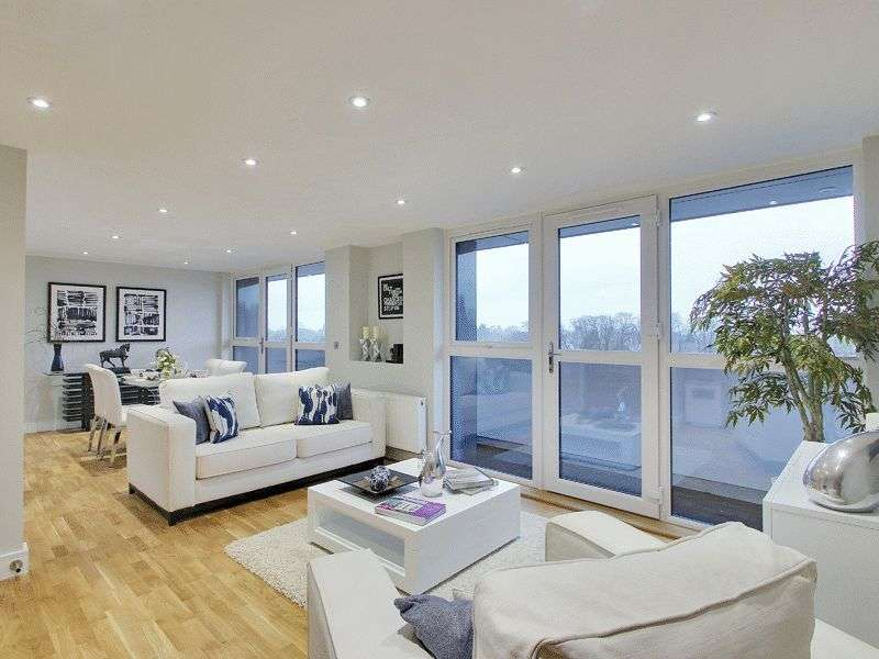 2 Bedrooms Flat for sale in Christopher Road, East Grinstead