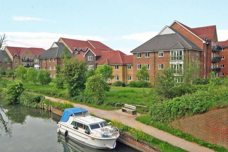 2 Bedrooms Apartment Flat for sale in Top floor with Balcony, Sommers Court, Ware