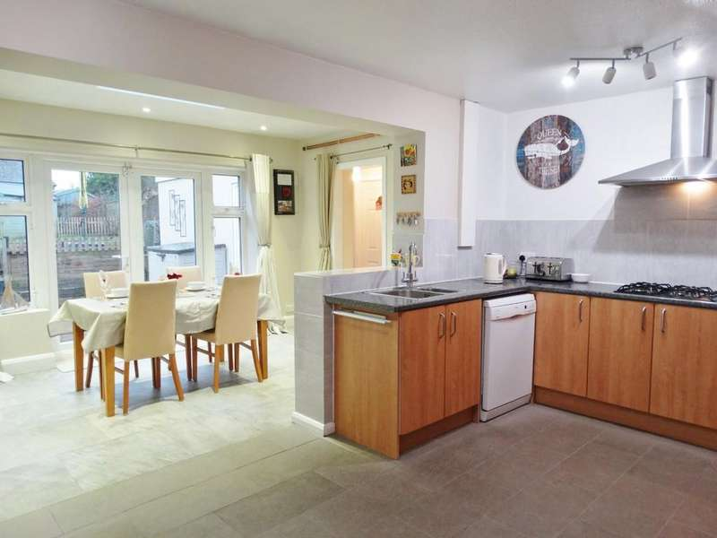 4 Bedrooms Semi Detached House for sale in Gossops Green, Crawley, RH11