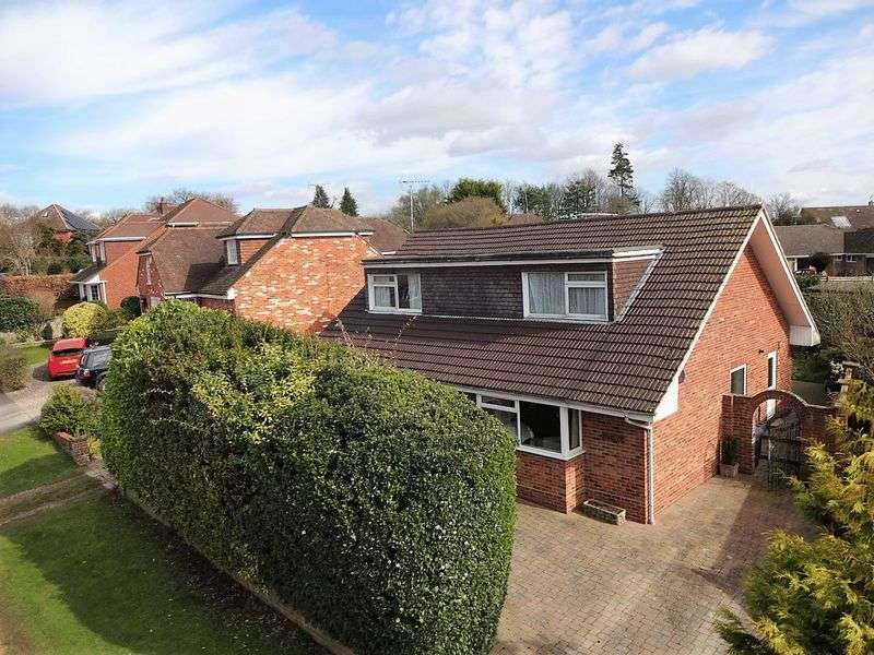 4 Bedrooms Detached House for sale in Larkfield Road, Farnham