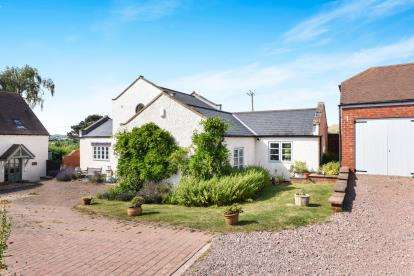 3 Bedrooms Detached House for sale in Knowle Hill, Evesham, Worcestershire