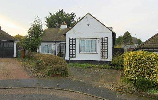 2 Bedrooms Detached Bungalow for sale in WARNHAM COURT ROAD, CARSHALTON