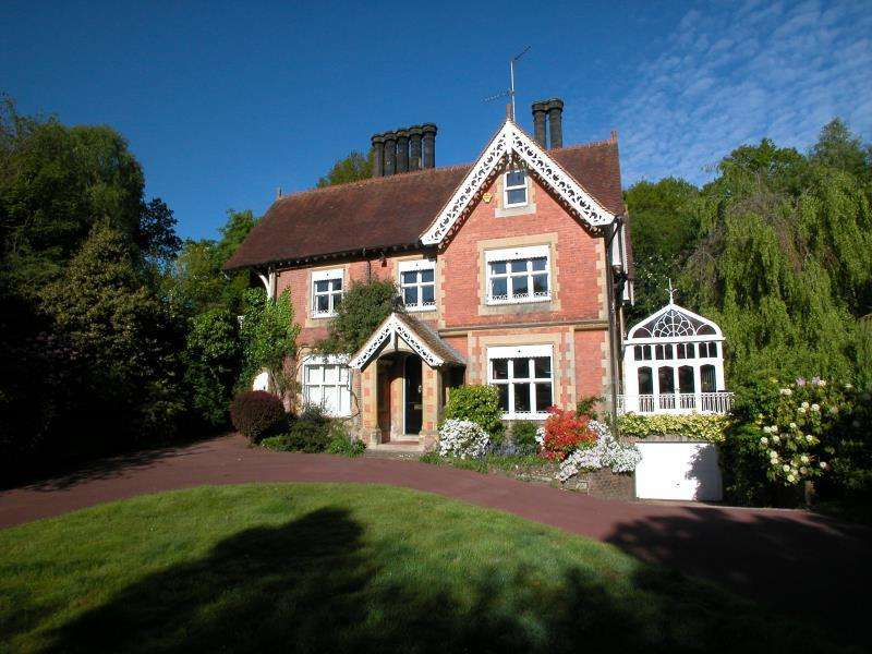 4 Bedrooms Detached House for sale in Castle Road, Tunbridge Wells, Kent, TN4