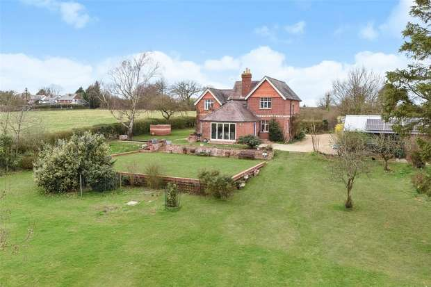 4 Bedrooms Detached House for sale in Field House, BARKHAM, Berkshire