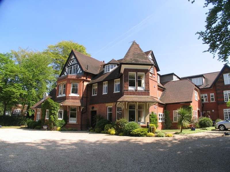 2 Bedrooms Flat for sale in Court Gardens, Cleeve Road, Goring, Reading, RG8