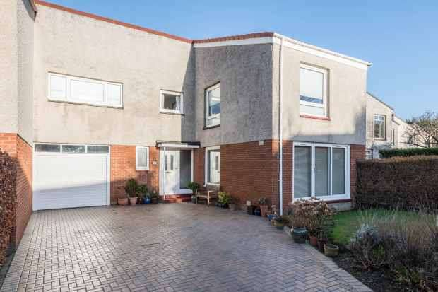 4 Bedrooms Semi Detached House for sale in Strathalmond Park, Edinburgh, EH4 8AH