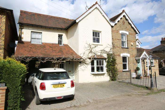 4 Bedrooms Semi Detached House for sale in BUSHEY LEA, ONGAR CM5