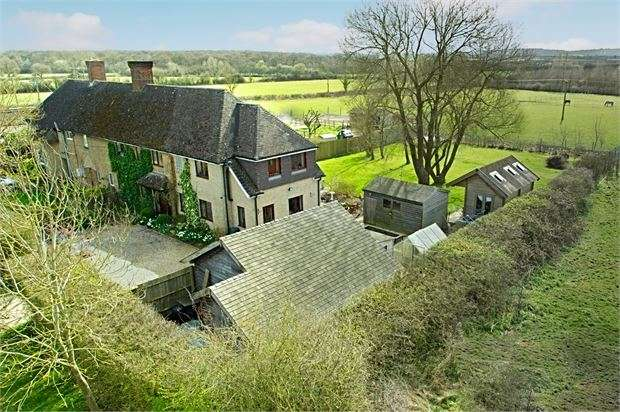 5 Bedrooms Semi Detached House for sale in Edgcott, Buckinghamshire. HP18 0QW
