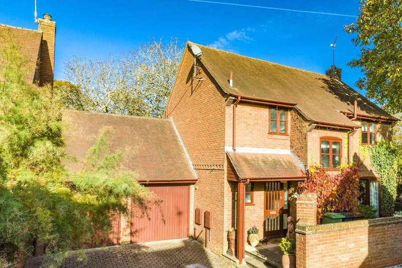 4 Bedrooms Detached House for sale in Walnut Tree Court, Red Cross Road, Goring, Reading, RG8
