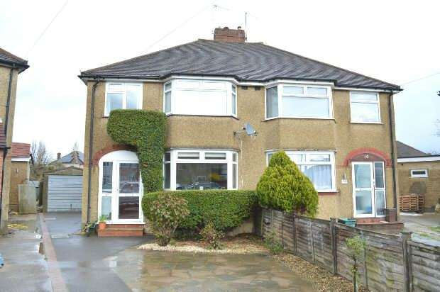 3 Bedrooms Semi Detached House for sale in Beverley Close, Chessington