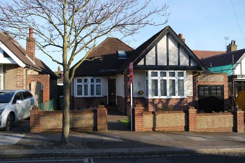4 Bedrooms Detached Bungalow for sale in Milton Avenue, High Barnet