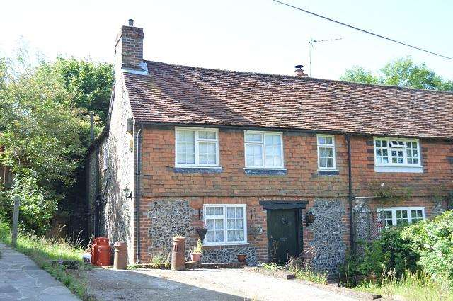 2 Bedrooms Semi Detached House for sale in Wells Cottages, Pump Lane, Chelsfield, Orpington, Kent, BR6 7PN