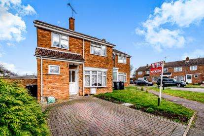 3 Bedrooms Semi Detached House for sale in Browns Cresent, Harlington, Dunstable, Bedfordshire