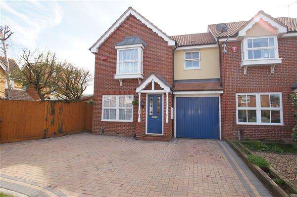 3 Bedrooms End Of Terrace House for sale in Lilley Way, Cippenham