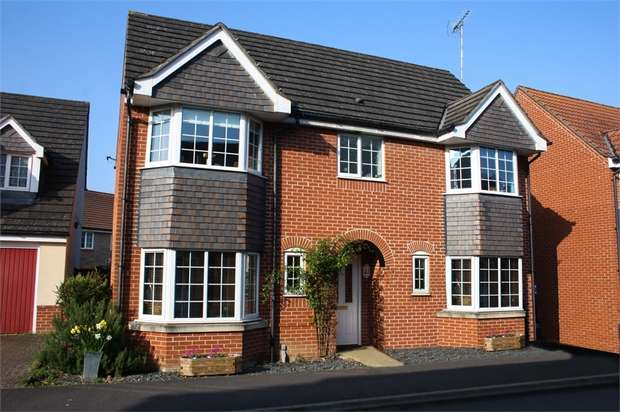 4 Bedrooms Detached House for sale in Woodland Walk, ALDERSHOT, Hampshire
