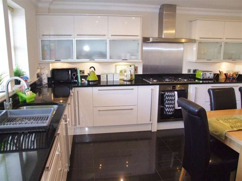 4 Bedrooms Terraced House for sale in Denholme House Farm Drive, Denholme, Bradford, BD13