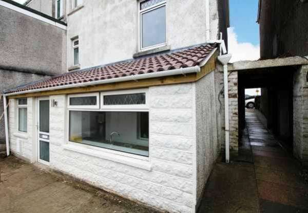 2 Bedrooms Flat for sale in Church Road, Llansamlet, Swansea