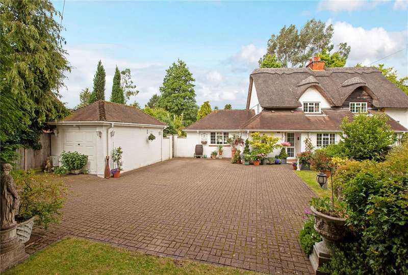 3 Bedrooms Semi Detached House for sale in The Thatches, Shurlock Row, Berkshire, RG10