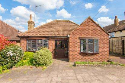 3 Bedrooms Bungalow for sale in Golf Ride, Crews Hill, Enfield