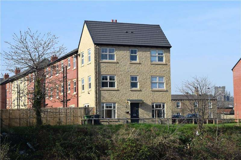 3 Bedrooms Town House for sale in Holts Crest Way, Leeds, West Yorkshire