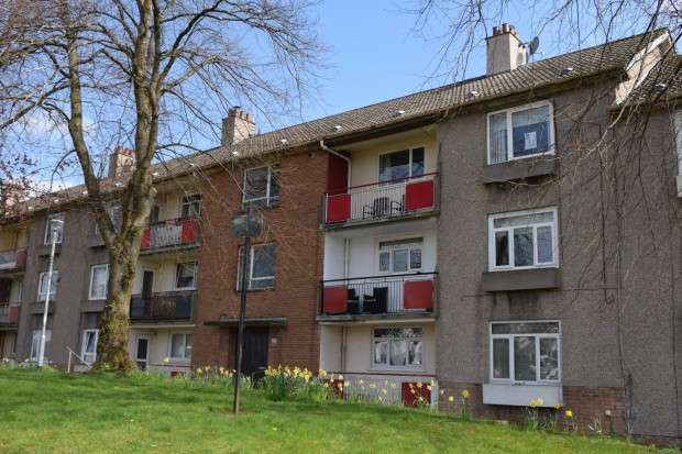 3 Bedrooms Flat for sale in 220 Cairnhill Circus, Flat 2/2, Crookston, G52