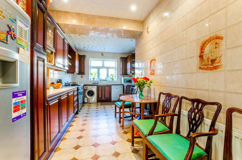 3 Bedrooms House for sale in Sandringham Road, Wood Green, N22