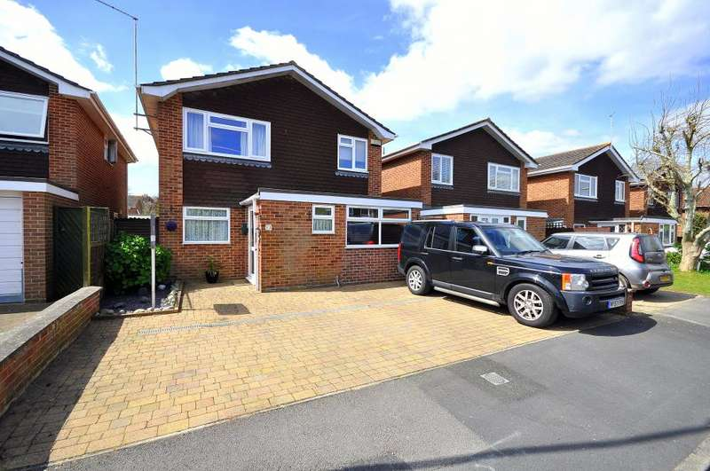 4 Bedrooms Detached House for sale in Farm Close, Ringwood, BH24 1RZ