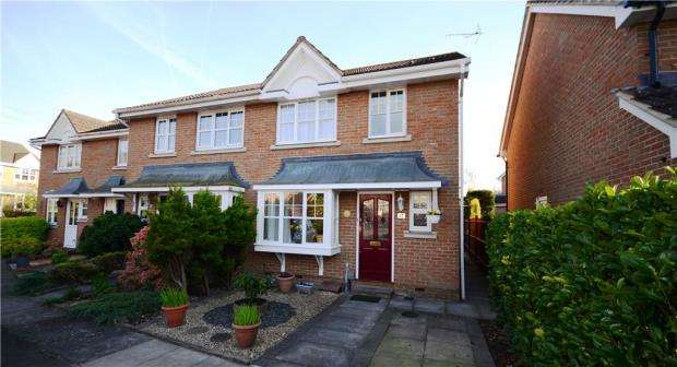3 Bedrooms End Of Terrace House for sale in Curtis Close, Camberley, Surrey