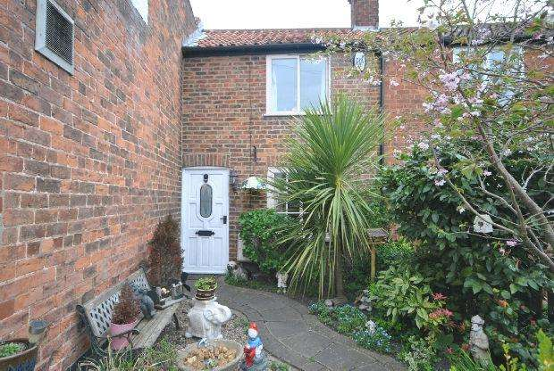 2 Bedrooms Terraced House for sale in Market Place , Tetney, GRIMSBY