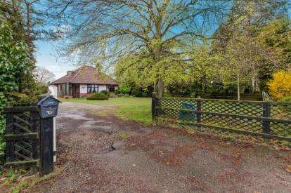 3 Bedrooms Bungalow for sale in Barnby, Beccles, Suffolk