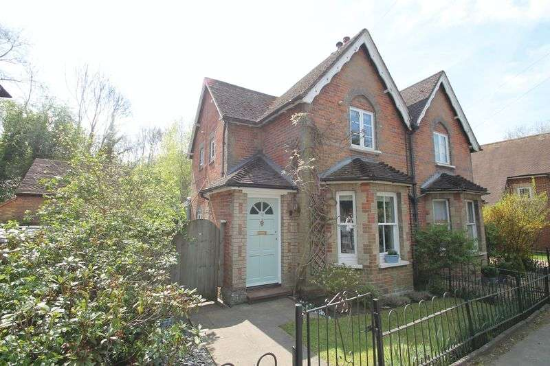 2 Bedrooms Semi Detached House for sale in Station Road, Gomshall