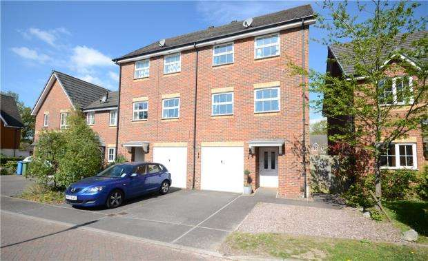 4 Bedrooms End Of Terrace House for sale in Maple Avenue, Farnborough, Hampshire