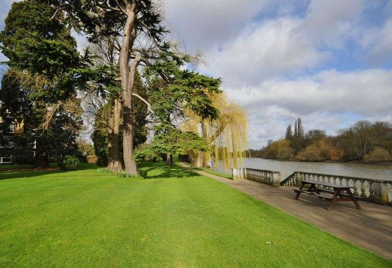 2 Bedrooms Flat for sale in Twickenham Road, Teddington