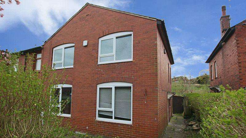 3 Bedrooms Town House for sale in Calder Avenue, Littleborough OL15 9JE