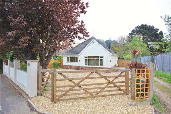4 Bedrooms Bungalow for sale in Guest Avenue, Poole