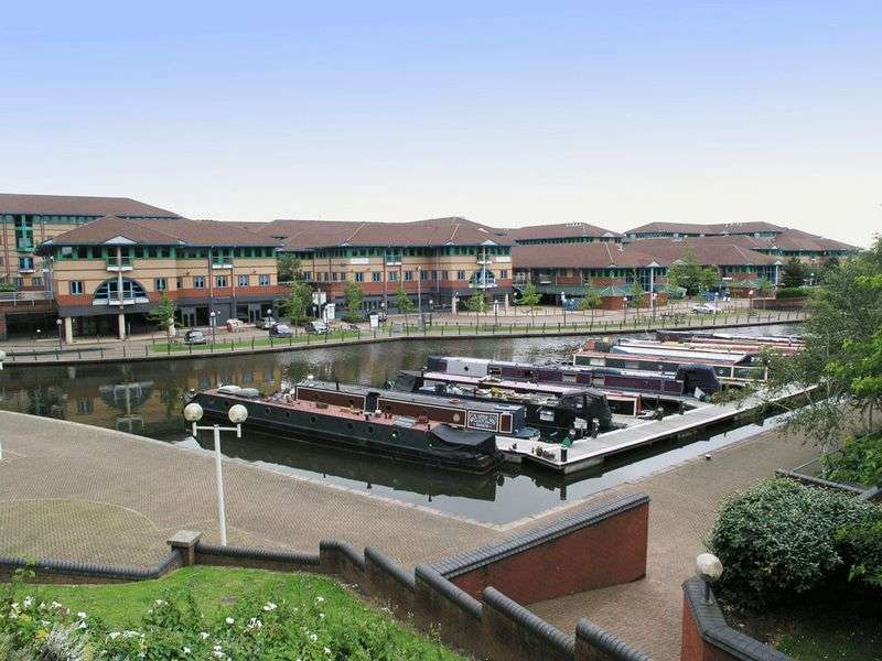 1 Bedroom Flat for sale in BRIERLEY HILL, Waterfront West, The Landmark.